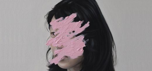 La ilustradora neozelandesa que oculta los rostros con pintura rosa